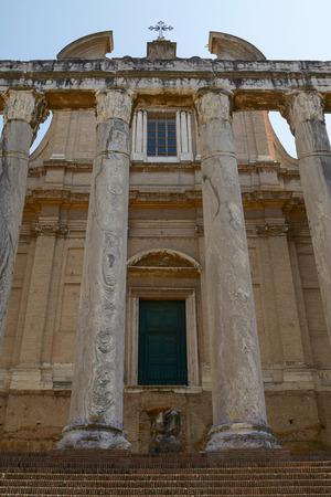 Roman temple: Templo romano antiguo de Antonino y Faustina en Roma, Italia.