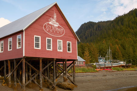 tlingit: ICY STRAIT POINT, ALASKA, USA - SEPTEMBER 22, 2011: Welcome Center in Icy Strait Point Hoonah Alaska Editorial