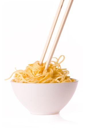 eet stokjes, kom en noedels op witte achtergrond  Stockfoto