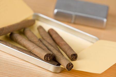 des cigares cubains sur la table Banque d'images - 5396771