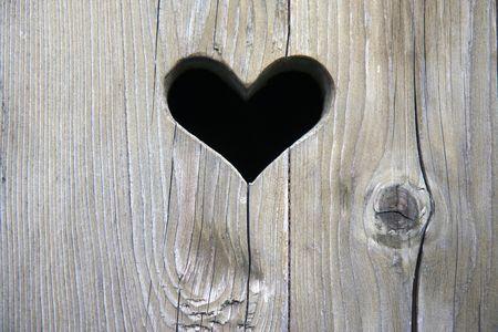 der Holztür mit Herzen  Standard-Bild