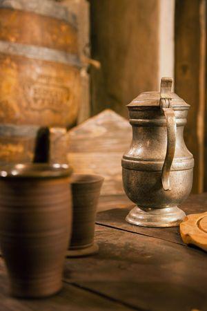 jarra de cerveza: la jarra de esta�o medieval sobre mesa