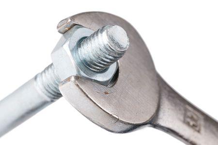 herramientas de mec�nica:  llave de cromo con tuerca y perno sobre fondo blanco
