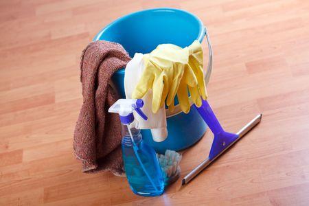 schoonmaakartikelen: reinigings producten op houten vloer Stockfoto