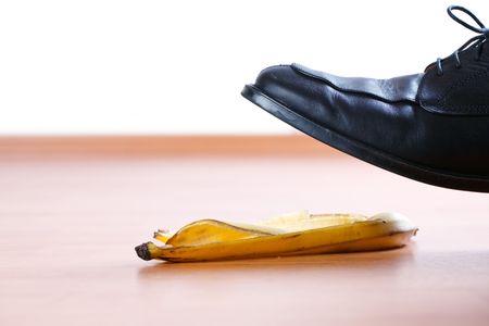 sur la pelure de banane sur le plancher en bois  Banque d'images