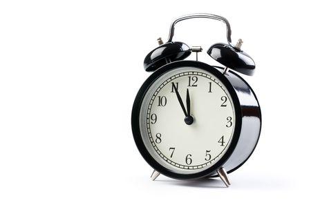 despertador: el reloj de alarma sobre fondo blanco