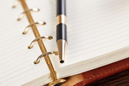 Ffnen Sie Notebook und Stift auf Tabelle Standard-Bild - 6741341