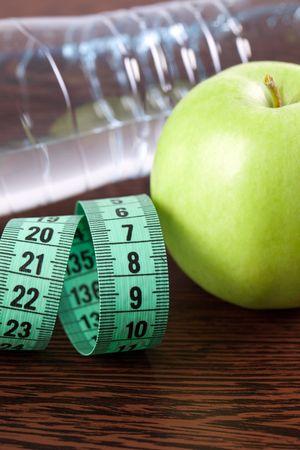 appel water: dieet. Foto schot van appel, water en meetband  Stockfoto