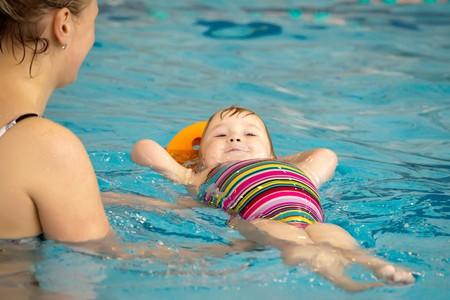 ni�os nadando: madre e hija poco en la piscina Foto de archivo
