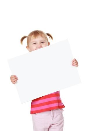 ni�os sosteniendo un cartel: disparo de estudio de la ni�a con el tablero blanco