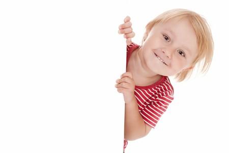 enfants qui rient: photo prise de petit enfant derri�re le tableau blanc  Banque d'images