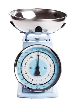 balanza en equilibrio: balanza de cocina sobre fondo blanco  Foto de archivo