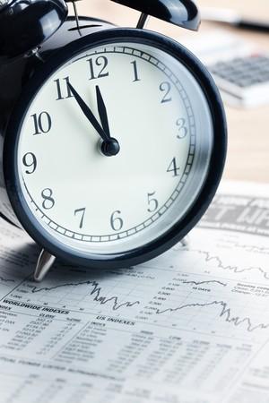 crisis economica: el reloj de alarma en el momento de graph.last financiera  Foto de archivo