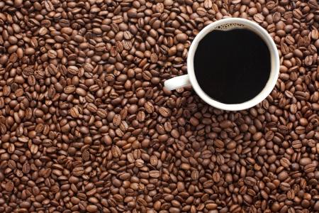 granos de cafe: toma de la foto de granos de caf� y la Copa  Foto de archivo