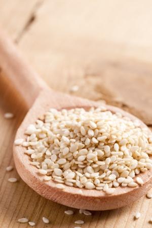 ajonjoli: semillas de s�samo en cuchara de madera