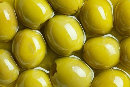 aceite de oliva: aceitunas verdes en aceite de oliva  Foto de archivo