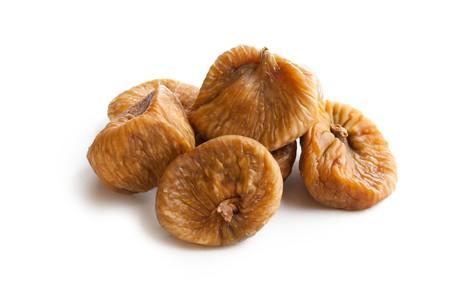 frutas secas: higos secos sobre fondo blanco