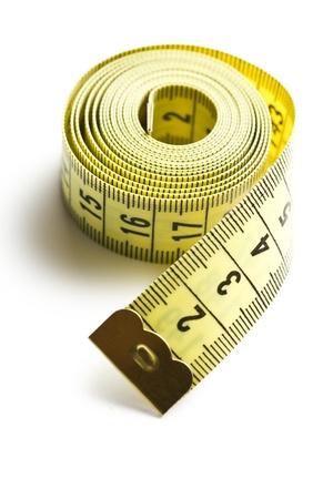 cintas metricas: amarillo, midiendo la cinta sobre fondo blanco