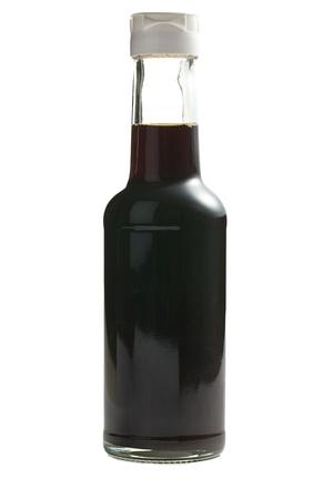 soja: sauce de soja en bouteille sur fond blanc