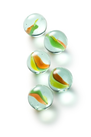 canicas: m�rmoles de vidrio coloridas sobre fondo blanco