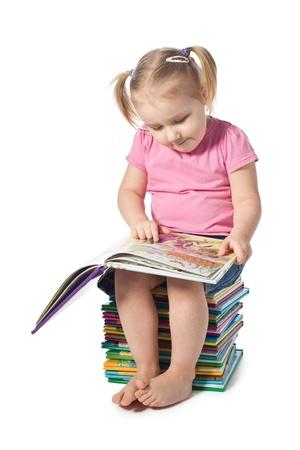 intellect: un bambino piccolo, leggendo un libro