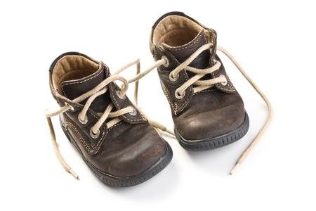zapatos de cuero de los niños sobre fondo blanco