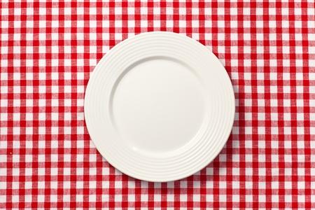 manteles: el plato blanco sobre el mantel a cuadros