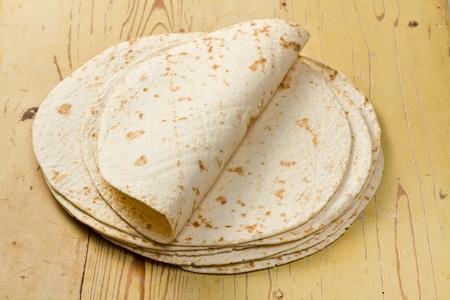 tortilla de maiz:  tortillas de harina en la mesa de madera