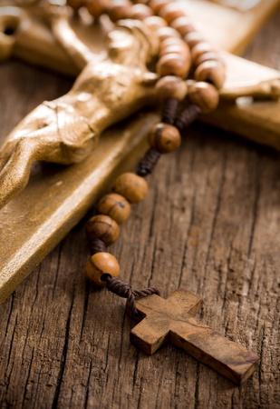 religion catolica: los de madera rosario y el crucifijo Foto de archivo