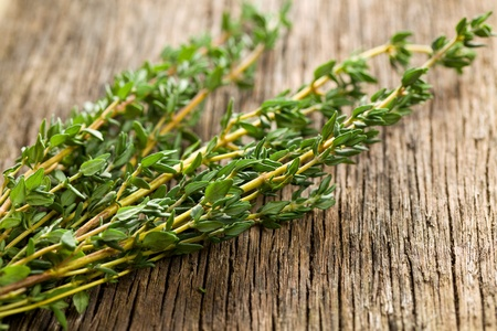 ziele tymianku na drewnianym tle