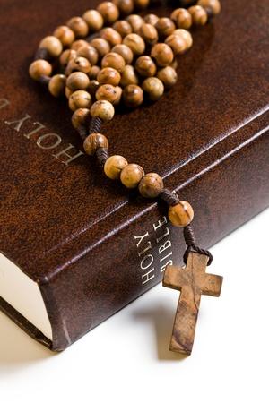 różaniec: Różaniec drewniany na Biblii