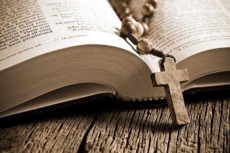 różaniec: Różaniec drewniany na otwartej Biblii