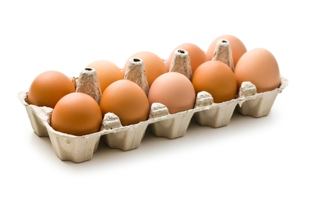 gallina con huevos: los huevos de color marrón en la caja de huevos