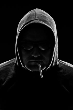 rgern: Low key Portr�t eines Mannes mit Zigarette studio shot