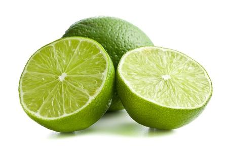 lima limon: dos mitades de la cal en el fondo blanco