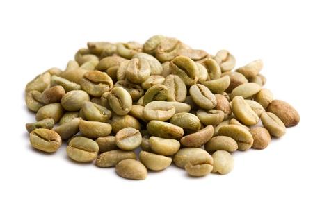 ejotes: granos de caf� verde en el fondo blanco Foto de archivo