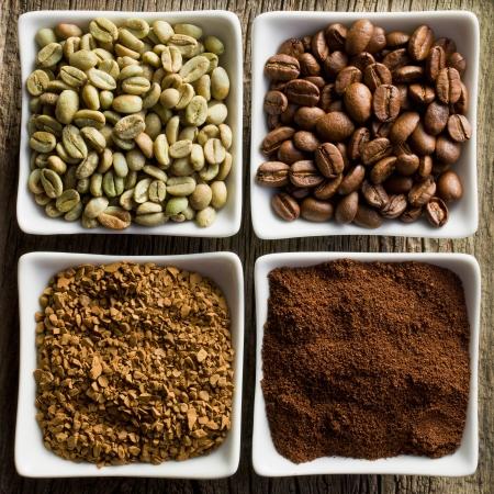 in ground: verde, torrefatto, macinato e il caff� solubile in ciotole di ceramica Archivio Fotografico