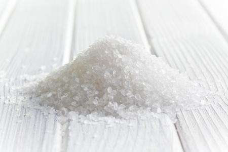 tuzlu: ahÅŸap masada beyaz kristal tuz Stok Fotoğraf
