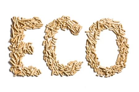estufa: eco palabra hecha de pellets de madera en el fondo blanco