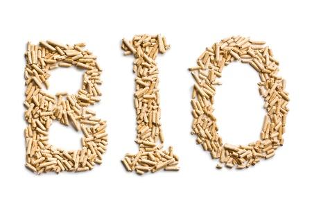 mot bio en granulés de bois sur fond blanc Banque d'images