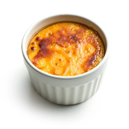 crème: creme brulee in ciotola di ceramica su sfondo bianco