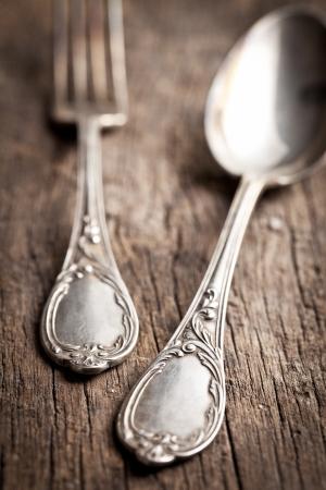 cubiertos de plata: cubiertos en mesa de madera vieja Foto de archivo