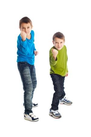 niños malos: Dos muchachos en una posición de combate. Estudio de disparo. Foto de archivo