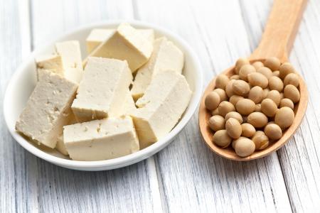 soja: tofu y los frijoles de soya en la mesa de la cocina