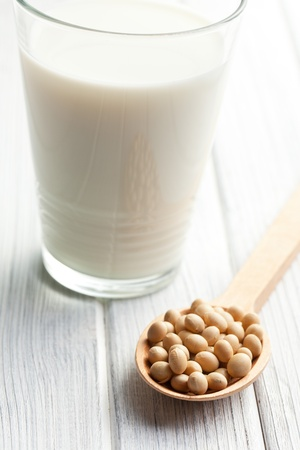 leche de soya: granos de soja y leche de soya en la mesa Foto de archivo