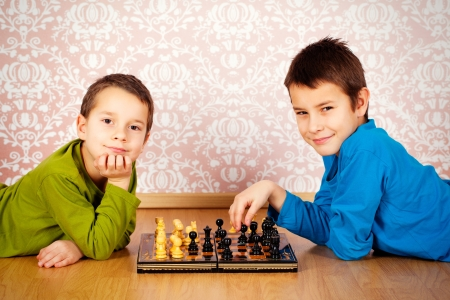 jugando ajedrez: los muchachos jóvenes jugando al ajedrez Foto de archivo