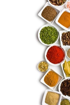 curry: Varias especias y hierbas sobre fondo blanco.