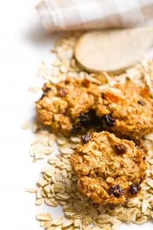 galletas: galleta hecha en casa con copos de avena en el fondo blanco