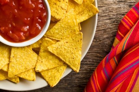 tortilla de maiz: los nachos de ma?z con salsa de tomate