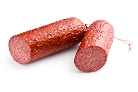 salami: embutidos de carne de cerdo en el fondo blanco